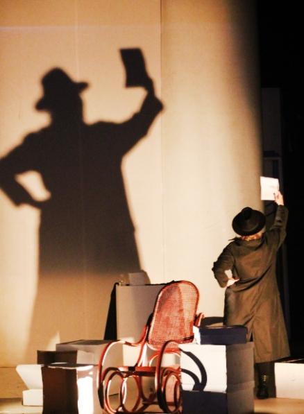 Interação entre o elenco e as cores, luzes, sombras e o cenário minimalista. No detalhe, a atriz Janaína Pelizzon. (FOTO: Vanessa Santos)