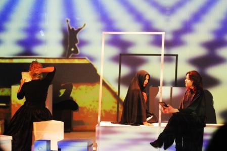 Telefonema de Martha (Lianna Timm) à sua mãe (Janaína Pelizzo) sobre as complicações no lar dos Freud. Detalhe para a quadro representado em arte minimalista por Lenira Fleck. (FOTO: Vanessa Santos)