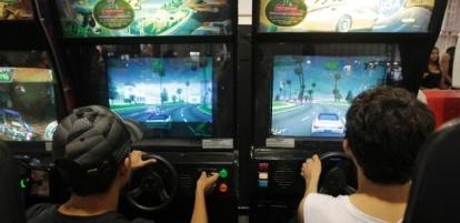 area-da-bgs-2014-dedicada-aos-jogos-classicos-tem-muitos-games-de-fliperama-para-testar-1412981415199_615x300