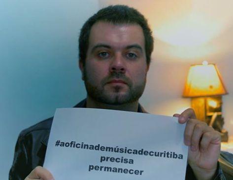 Rapha Moraes em prol a campanha para a Oficina de Música de Curitiba permanecer. - Foto por: Divulgação